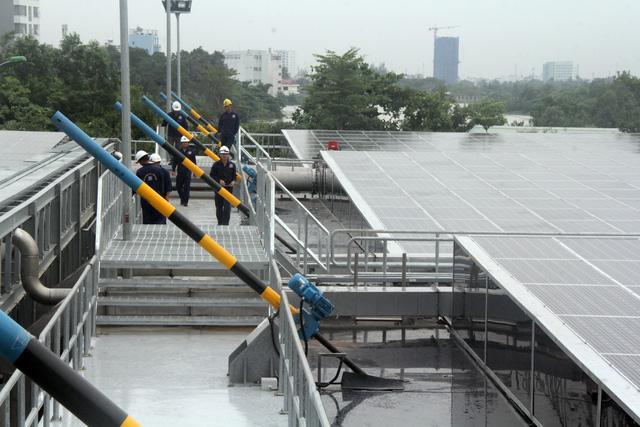 Vận hành nhà máy xử lý nước thải sử dụng năng lượng mặt trời đầu tiên ở TP.HCM - Ảnh 3.
