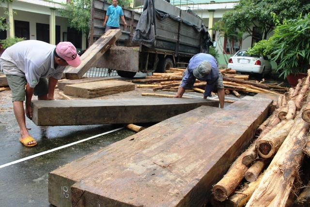 Bị kiểm tra, tài xế chở gỗ lậu bỏ xe tháo chạy - Ảnh 1.