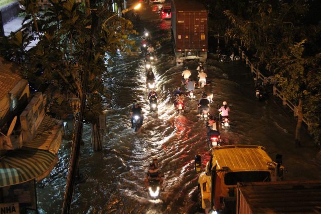 Sài Gòn ngập sâu, người dân khốn đốn mưu sinh. 4