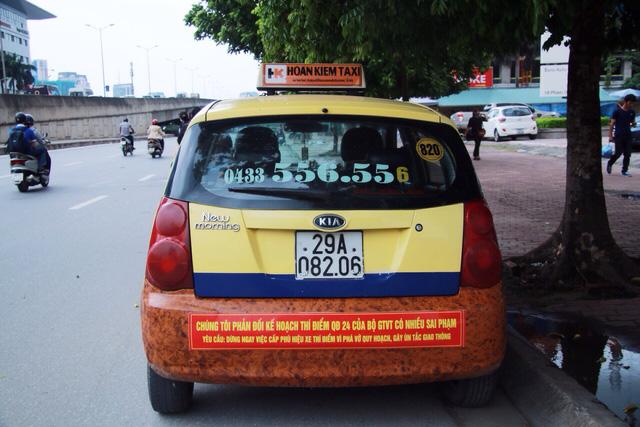 Taxi truyền thống dán khẩu hiệu phản đối quyết định của Bộ GTVT - Ảnh 1.