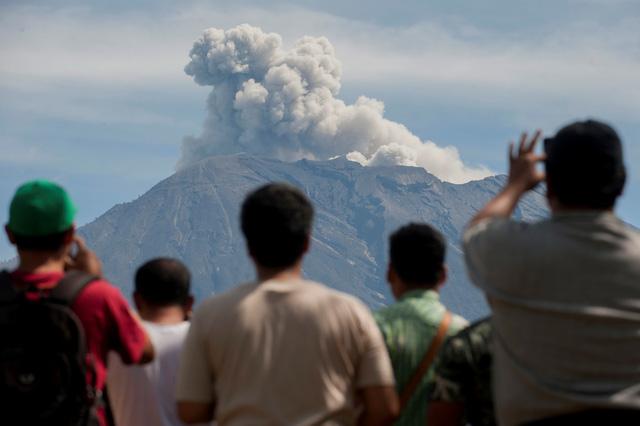 Núi lửa ở Indonesia rủ nhau thức giấc - Ảnh 3.