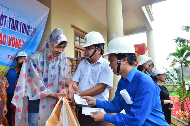 Điện lực Quảng Ngãi vừa sửa điện, vừa cứu trợ dân vùng lũ - Ảnh 4.