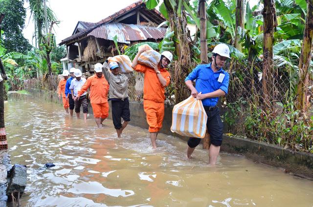 Điện lực Quảng Ngãi vừa sửa điện, vừa cứu trợ dân vùng lũ - Ảnh 5.