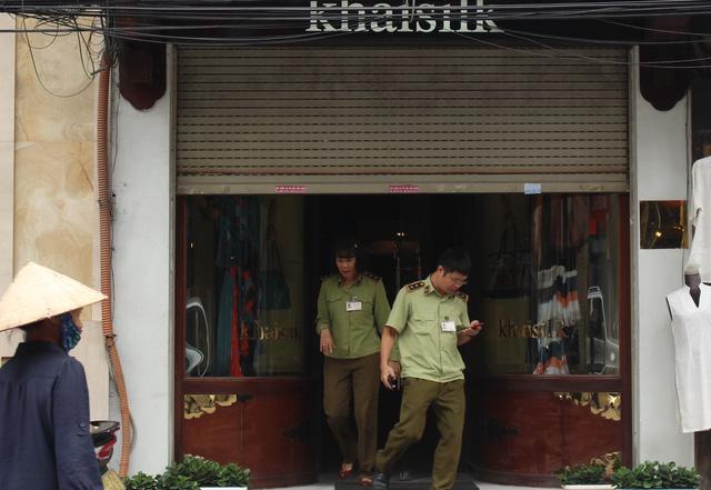 Quản lý thị trường nói nhân viên Khaisilk thay hàng Trung Quốc - Ảnh 1.
