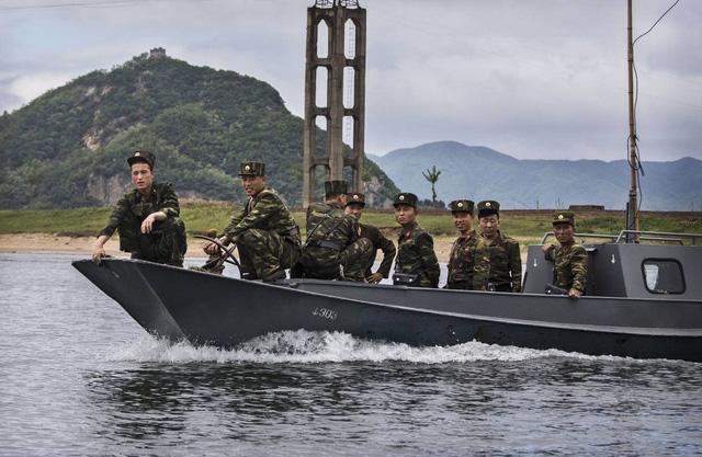 Triều Tiên âm thầm chế tạo tàu ngầm hạt nhân - Ảnh 1.