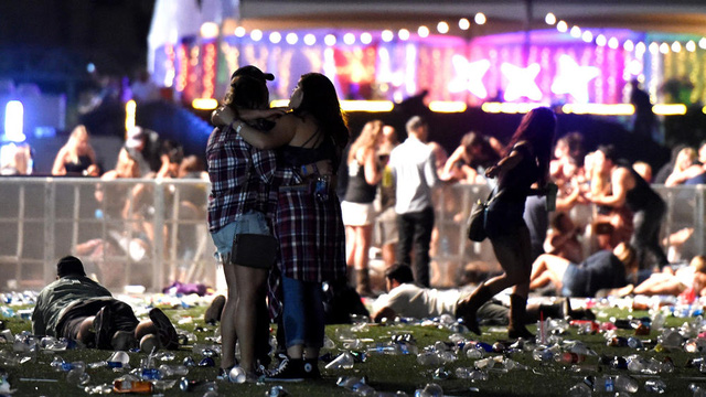 Nghệ sĩ hủy sô để tưởng niệm nạn nhân vụ thảm sát Las Vegas - Ảnh 2.