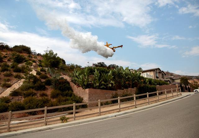 Los Angeles đối phó với trận cháy rừng lịch sử - Ảnh 2.