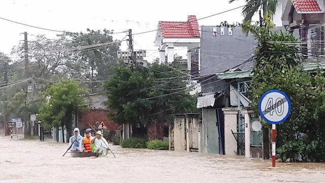 Thủy điện tăng xả trong đêm, Quảng Nam ngập chìm trong lũ - Ảnh 1.
