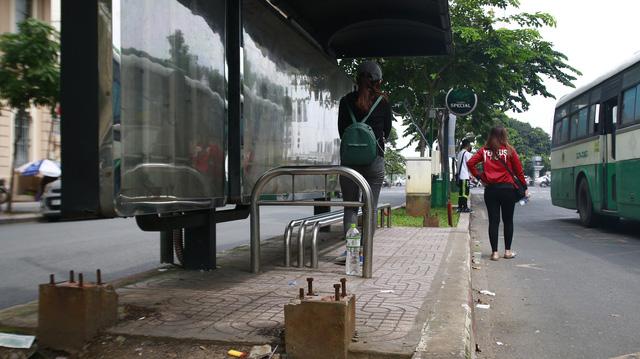 Dời trạm xe buýt để lại cọc sắt bẫy người đi đường - Ảnh 4.