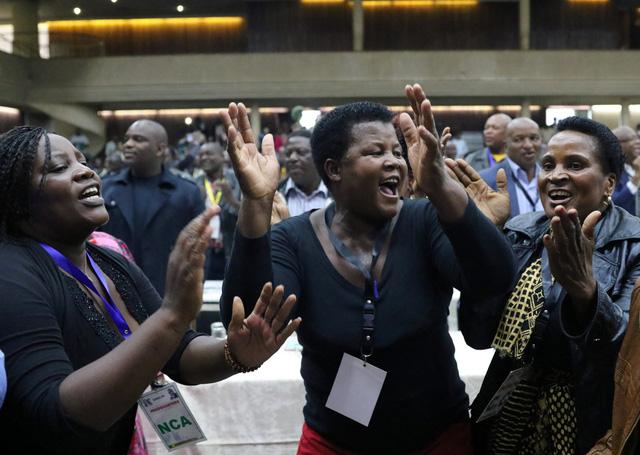 Tổng thống Mugabe bị phế truất chức chủ tịch đảng - Ảnh 1.