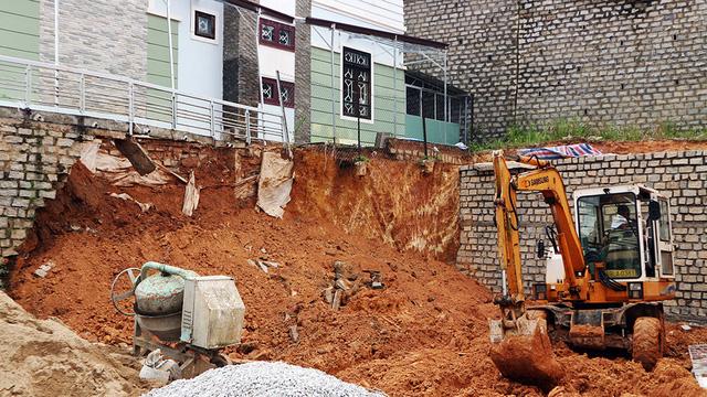Sập taluy nhà, một công nhân bị đất vùi tử vong - Ảnh 1.