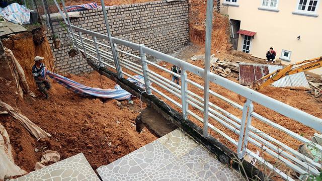 Sập taluy nhà, một công nhân bị đất vùi tử vong - Ảnh 2.