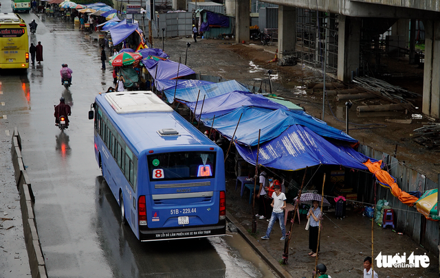 Đội nắng đội mưa chờ xe buýt - Ảnh 6.