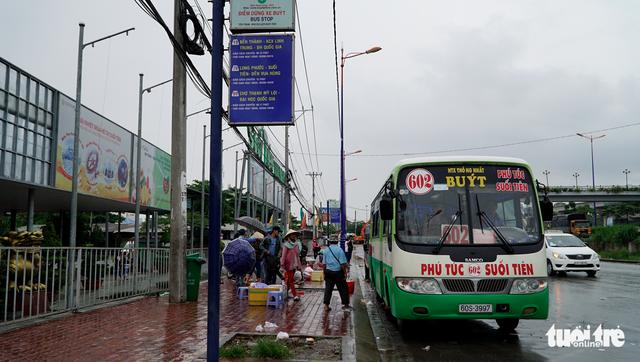 Đội nắng đội mưa chờ xe buýt - Ảnh 3.
