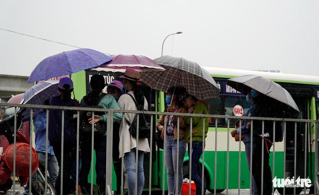 Đội nắng đội mưa chờ xe buýt - Ảnh 2.