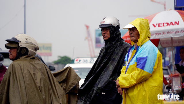 Đội nắng đội mưa chờ xe buýt - Ảnh 4.