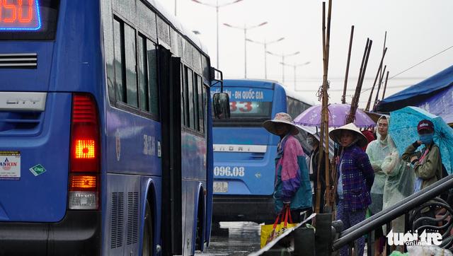 Đội nắng đội mưa chờ xe buýt - Ảnh 5.