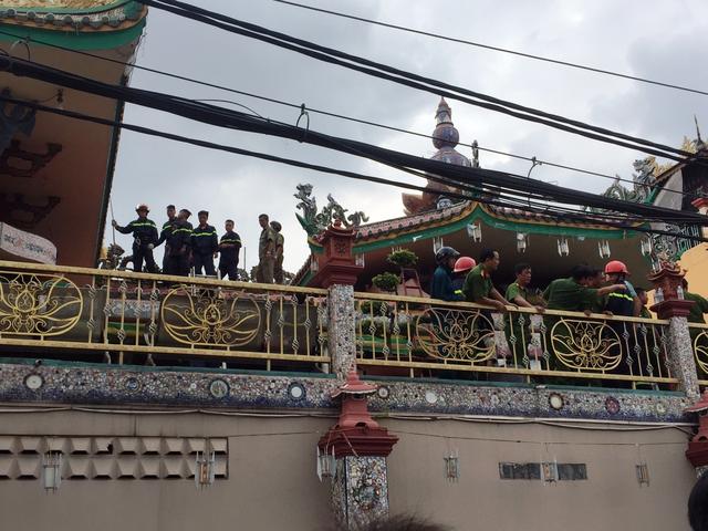 Một thanh niên nghi 'ngáo đá' quậy trên nóc chùa gần 10 giờ - Ảnh 3.