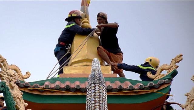 Một thanh niên nghi 'ngáo đá' quậy trên nóc chùa gần 10 giờ - Ảnh 2.