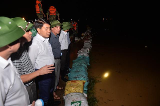 Chủ tịch Hà Nội đi kiểm tra phòng lũ trong đêm - Ảnh 1.