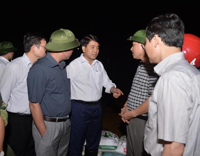 Chủ tịch Hà Nội đi kiểm tra phòng lũ trong đêm - Ảnh 2.