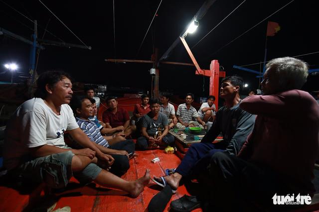 Làng biển Phan Rang không ngủ trước bão lớn - Ảnh 1.