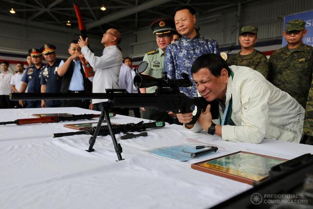 Philippines: miệng vuốt ve Mỹ, tay cầm vũ khí Trung Quốc - Ảnh 4.