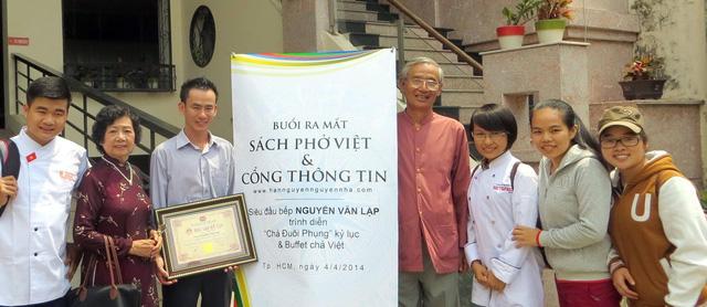 Người Việt và bè bạn bên tô phở - Ảnh 1.