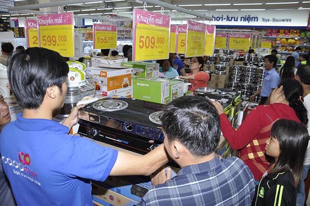 Co.opmart Chu Văn An tấp nập khách mua hàng khuyến mãi - Ảnh 1.