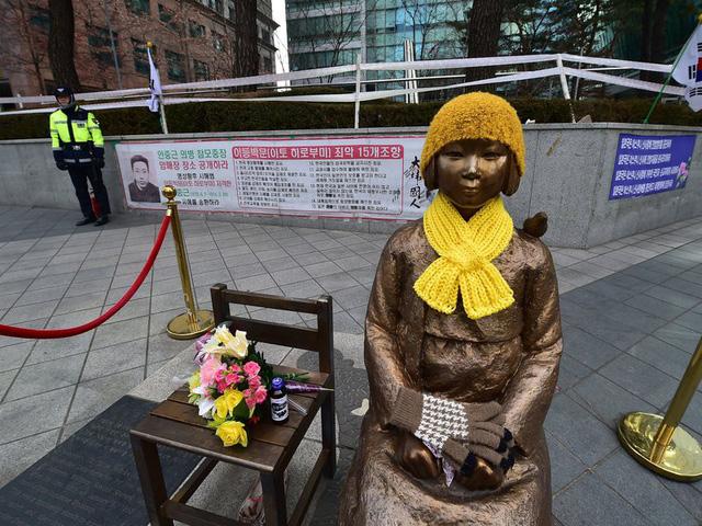 Tượng 'phụ nữ mua vui' đặt trên xe bus tại Hàn Quốc - Ảnh 2.