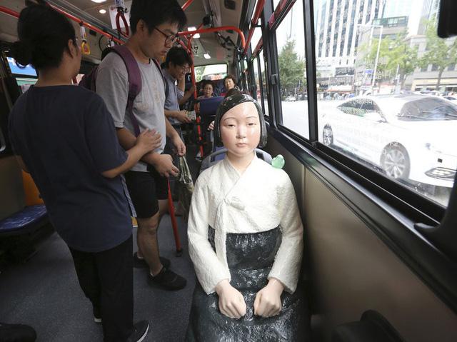 Tượng 'phụ nữ mua vui' đặt trên xe bus tại Hàn Quốc - Ảnh 1.