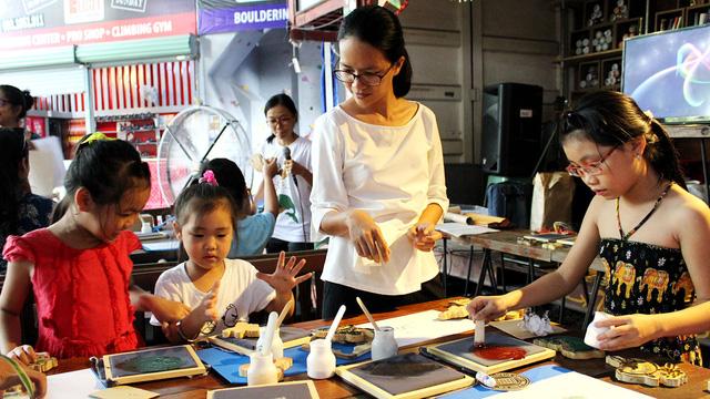 Tôi mong nhiều em bé được trải nghiệm in tranh Đông Hồ - Ảnh 3.