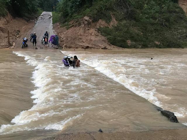 Video: Lội qua cầu tràn, bốn người bị nước lũ cuốn, liều lĩnh đến thế là cùng