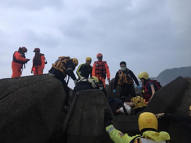 Lực lượng cứu hộ Đài Loan có mặt theo tín hiệu cầu cứu của tàu cá - Ảnh: CNA