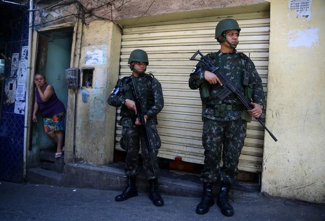 Cả ngàn binh sĩ vào khu ổ chuột Brazil diệt băng đảng - Ảnh 6.