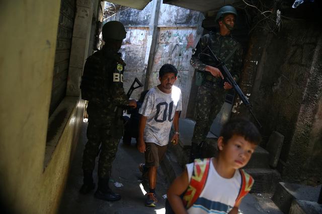 Cả ngàn binh sĩ vào khu ổ chuột Brazil diệt băng đảng - Ảnh 7.