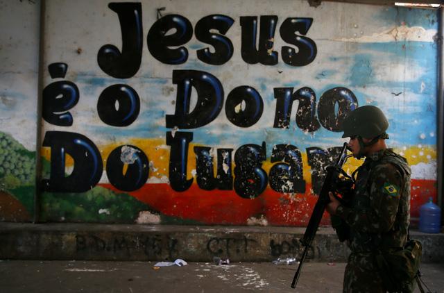 Cả ngàn binh sĩ vào khu ổ chuột Brazil diệt băng đảng - Ảnh 8.