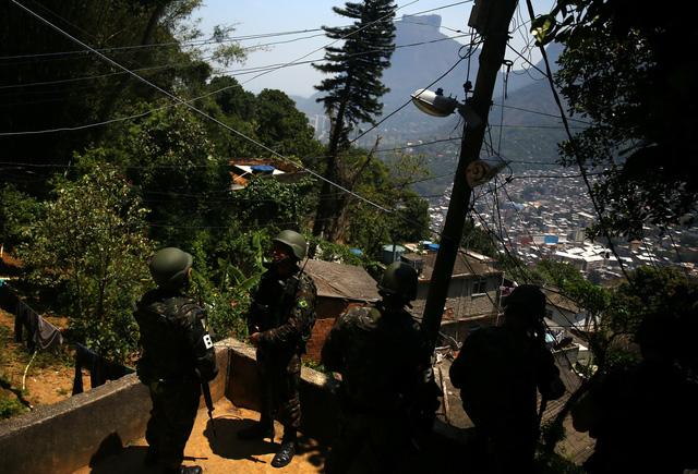 Cả ngàn binh sĩ vào khu ổ chuột Brazil diệt băng đảng - Ảnh 5.