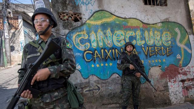 Cả ngàn binh sĩ vào khu ổ chuột Brazil diệt băng đảng - Ảnh 2.