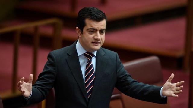 Thượng nghị sĩ Úc mất chức trong đảng vì phát ngôn 'bậy' về Biển Đông - Ảnh 1.