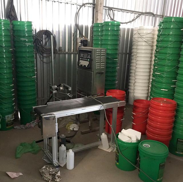 Phá đường dây sản xuất hàng chục ngàn lít dầu nhớt giả - Ảnh 3.