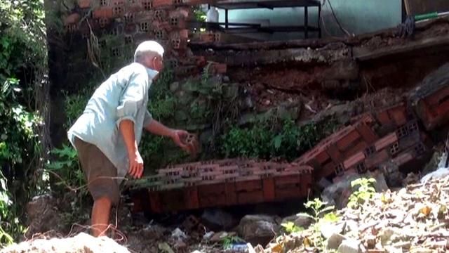 Sạt lở đất uy hiếp nhiều nhà dân ven quốc lộ 1 - Ảnh 2.