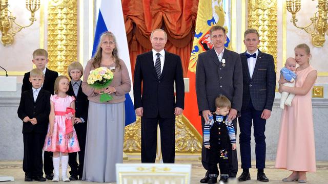 Nga tặng huân chương cho gia đình có 7 con - Ảnh 1.