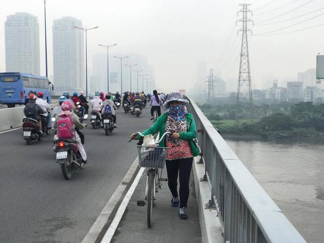 Lạ lẫm với sáng Sài Gòn sương giăng mù mịt - Ảnh 2.