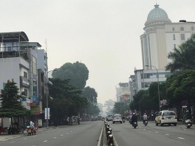 Lạ lẫm với sáng Sài Gòn sương giăng mù mịt - Ảnh 4.