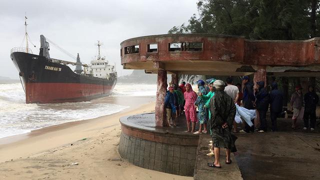 Tiếp tục điều 18 tàu tìm 9 thuyền viên mất tích - Ảnh 1.