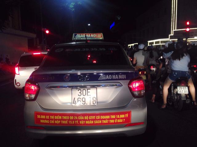 Sau Hà Nội, đến lượt taxi ở Sài Gòn dán biểu ngữ phản đối Uber - Grab - Ảnh 3.