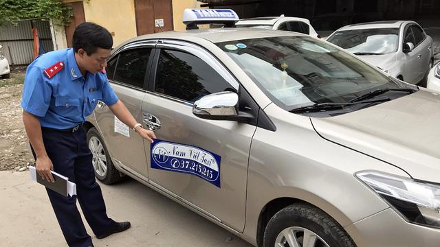 Taxi dù chặt chém du khách bị phạt 11,5 triệu đồng và giam xe - Ảnh 1.