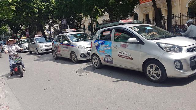 Taxi Hà Nội yêu cầu dừng khẩn cấp Grab-Uber - Ảnh 1.