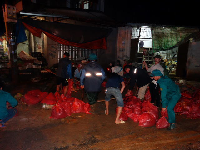 Lo vỡ đê sông Bưởi, hơn 13.000 dân sơ tán tránh lũ - Ảnh 3.